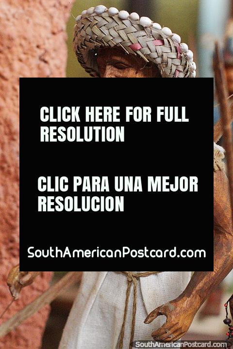 Los Chimanes, bailarín nativo de San Borja, hombre con sombrero de paja, Museo Kenneth Lee, Trinidad. (480x720px). Bolivia, Sudamerica.