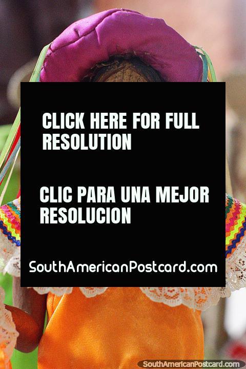 Monchi (San Joaquín), mujer con vestido naranja y sombrero morado, figura cultural en el Museo Kenneth Lee, Trinidad. (480x720px). Bolivia, Sudamerica.
