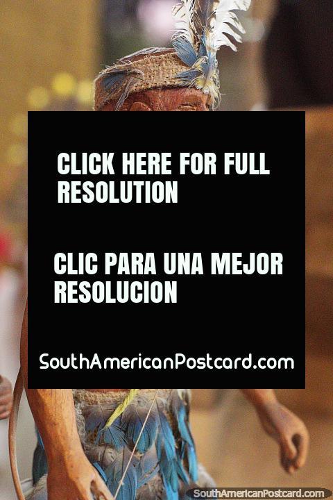 Los Siriono, bailarina con falda de plumas y collar, Museo Kenneth Lee, Trinidad. (480x720px). Bolivia, Sudamerica.
