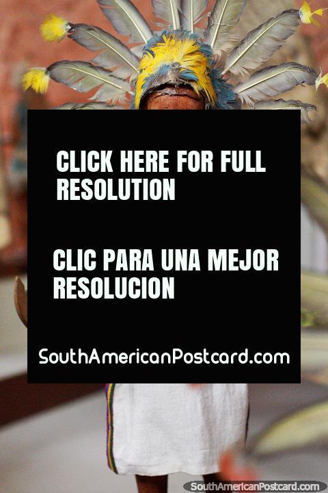 Machetero de San Lorenzo, una cabeza de plumas extendida y un cuchillo, el Museo Kenneth Lee en Trinidad. (480x720px). Bolivia, Sudamerica.