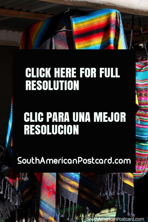 Roupa tradicional com um arco-ïris de cores brilhantes, para venda em Colchani, uma aldeia em Uyuni. (480x720px). Bolívia, América do Sul.
