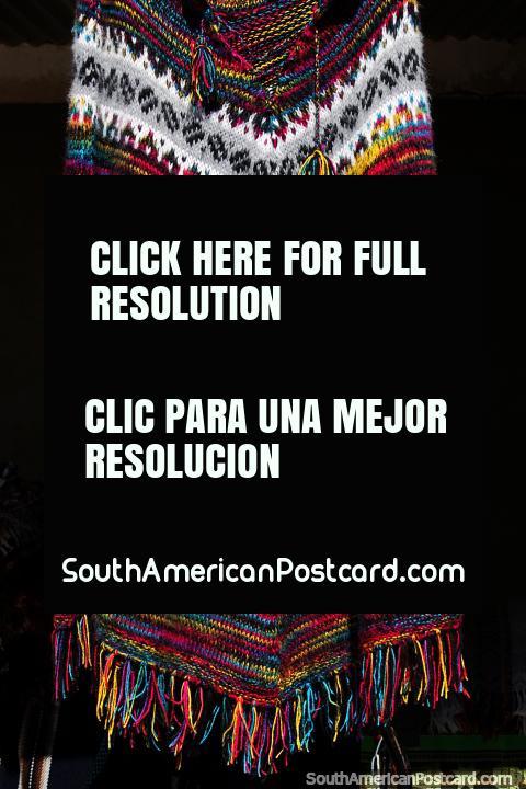 Xale lanoso de mulheres, feitas com grande habilidade em belas cores, a aldeia de Colchani em Uyuni. (480x720px). Bolívia, América do Sul.