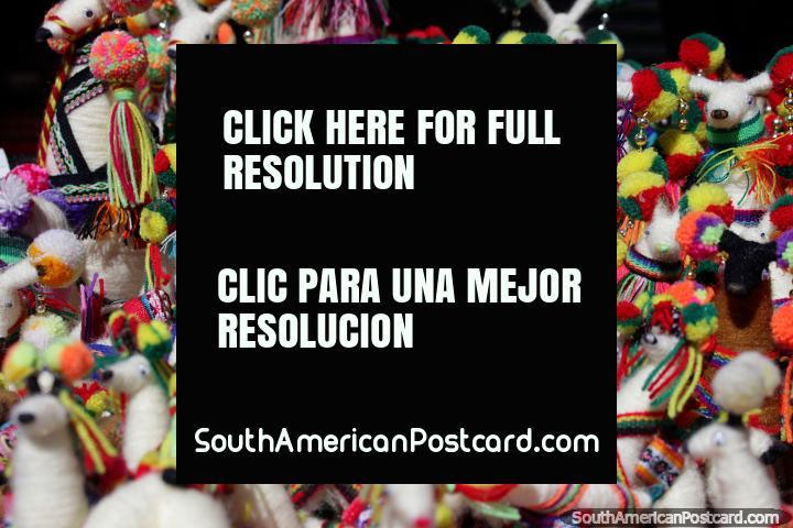 Llamas con pompones de colores, recuerdos en Colchani, la primera parada en el tour de las salinas en Uyuni. (720x480px). Bolivia, Sudamerica.