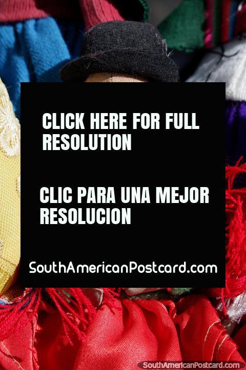 Muñeca con sombrero, un sombrero negro y un chal rojo, recuerdos de Bolivia en Colchani, Uyuni. (480x720px). Bolivia, Sudamerica.