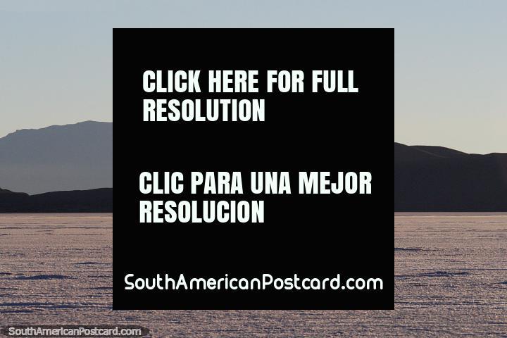 A bela luz através do sal de Uyuni atenua no fim do dia 1 da viagem de 3 dias. (720x480px). Bolívia, América do Sul.