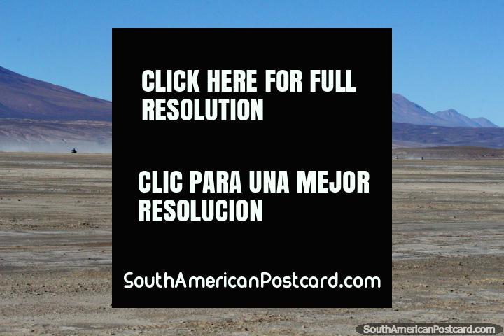 Dia 2 da viagem de 3 dias no deserto de Uyuni, uma escolta de jipes no tïtulo de distância as montanhas. (720x480px). Bolívia, América do Sul.