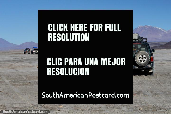 Jeeps de gira en el desierto de Uyuni, cada jeep tiene 6 personas más el conductor, el día 2 es a las montañas y lagunas. (720x480px). Bolivia, Sudamerica.