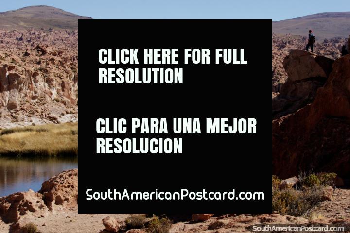 Rockscape da lua, tanto detalhe, Lagoa Preta no centro no deserto de Uyuni. (720x480px). Bolívia, América do Sul.