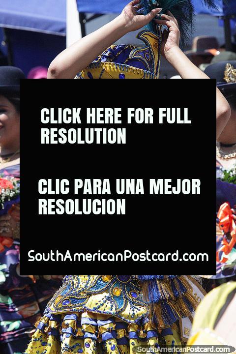 O bailarino feminino vestiu-se em azul e amarelo com um chapéu que combina, pompa em setembro em Sucre, El Gran Poder. (480x720px). Bolívia, América do Sul.