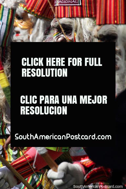 Trajes belos, assombrosos e as vezes esquisitos, grande divertimento e excitação em El Gran Poder, pompa em Sucre. (480x720px). Bolívia, América do Sul.
