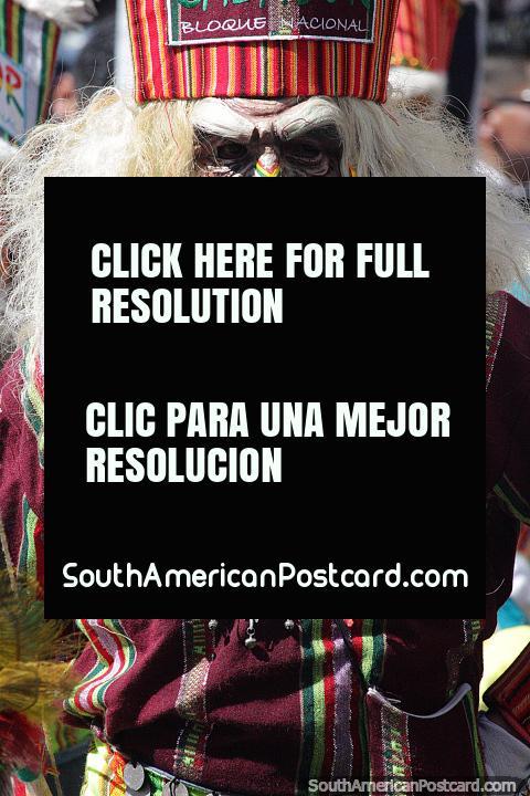 Cruce entre un anciano y un antiguo guerrero, una máscara algo aterradora usada en El Gran Poder en Sucre. (480x720px). Bolivia, Sudamerica.