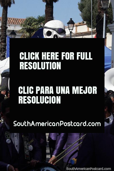 Hombre calavera pirata gigante con parche negro sobre el ojo, vestido con un traje morado, El Gran Poder en Sucre. (480x720px). Bolivia, Sudamerica.