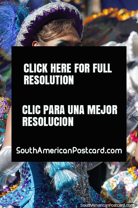 Con guantes plateados, un sombrero morado y un vestido verde azulado, esta bailarina disfruta del desfile de El Gran Poder en Sucre. (480x720px). Bolivia, Sudamerica.