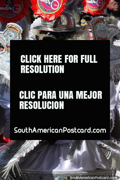 Máscara que apresenta uma grande lïngua e um tubo, a batedeira faz muito barulho, El Gran Poder, Sucre. (480x720px). Bolívia, América do Sul.