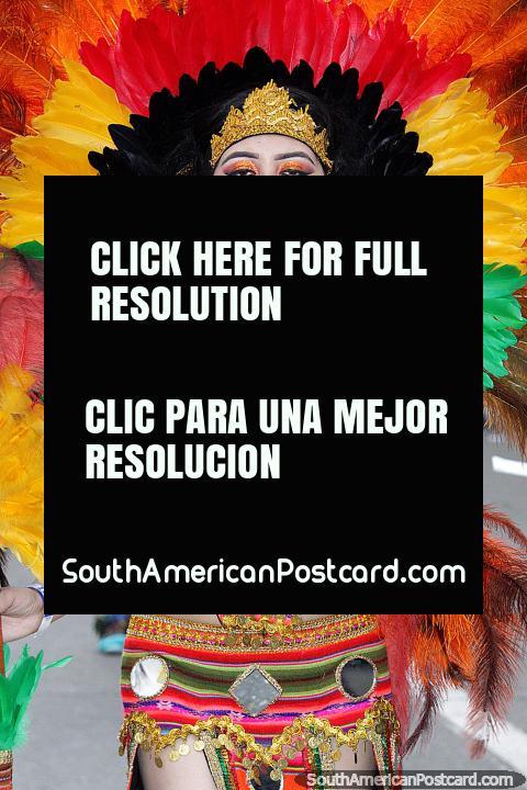 Um arco-ïris de penas coloridas, esta mulher incendeia a rua em El Gran Poder em Sucre. (480x720px). Bolívia, América do Sul.