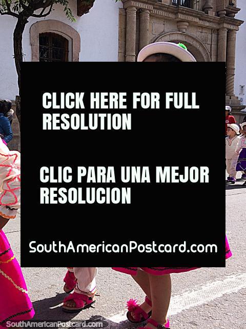 2 crianças jovens vestidas para a pompa de Gran Poder de Sucre. (480x640px). Bolívia, América do Sul.