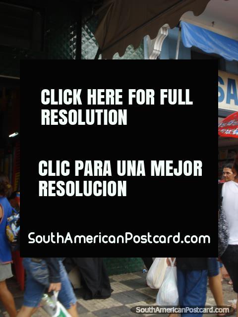 La barra Jangadeiro en el Centro Manaus tiene 2 hombres del maniquí grandes que están de pie fuera. (480x640px). Brasil, Sudamerica.