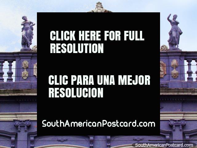2 figuras en la cima de una fachada histórica morada en Rio Grande. (640x480px). Brasil, Sudamerica.