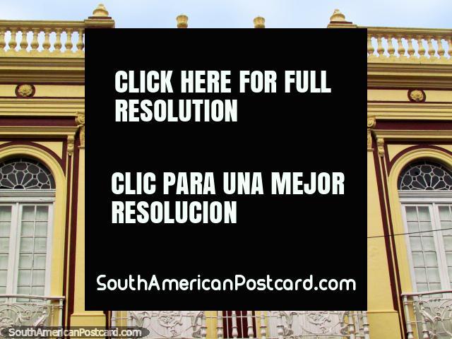 Fachada dianteira de um edifïcio com balcões e janelas arqueadas construïdas em 1889, Rio Grande. (640x480px). Brasil, América do Sul.