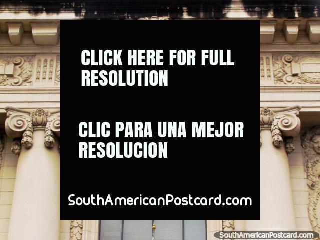 Fachada acima de uma janela no Palácio de Justiça em Porto Alegre. (640x480px). Brasil, América do Sul.