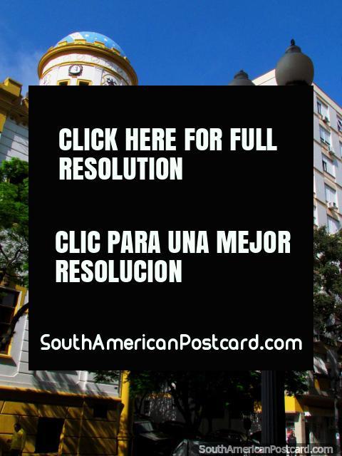 Esquina de la calle con un edificio con una cúpula en Porto Alegre. (480x640px). Brasil, Sudamerica.
