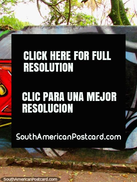 Pieza agradable de arte de graffiti de la cara de una mujer escondida en Porto Alegre. (480x640px). Brasil, Sudamerica.