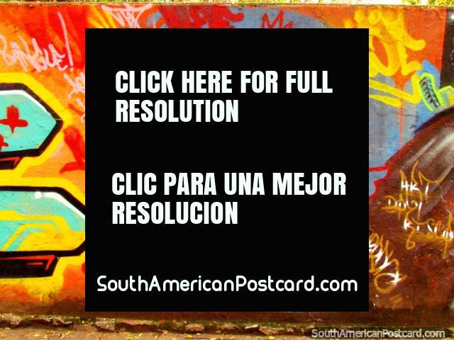 Rapaz em uma parede colorida, arte de rua em Porto Alegre. (640x480px). Brasil, América do Sul.