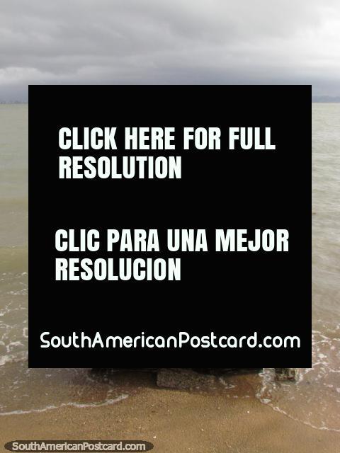 Un embarcadero en una playa cerca de Sambaqui en Florianopolis. (480x640px). Brasil, Sudamerica.
