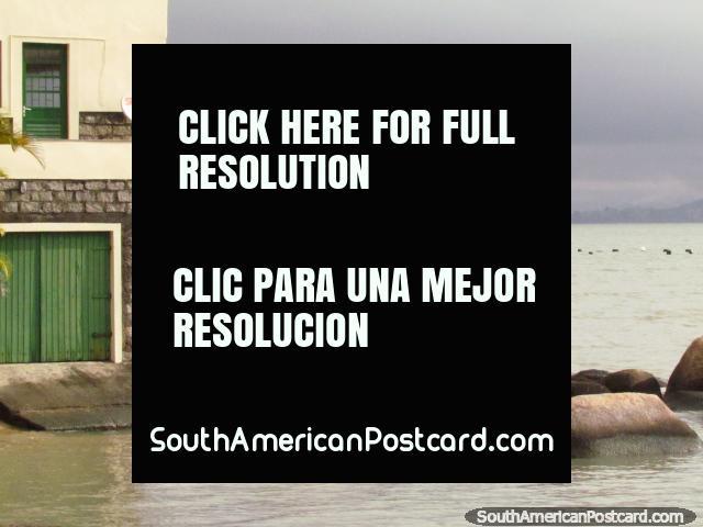 Um boatshed conveniente abaixo de uma casa junto de seixos rolados em Florianopolis. (640x480px). Brasil, América do Sul.