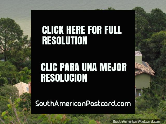 Casas dos superricos na borda da lagoa Lagoa da Conceicao em Florianopolis. (640x480px). Brasil, América do Sul.