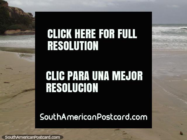 Rocas, ondas y arena en playa Praia da Joaquina en Florianopolis. (640x480px). Brasil, Sudamerica.
