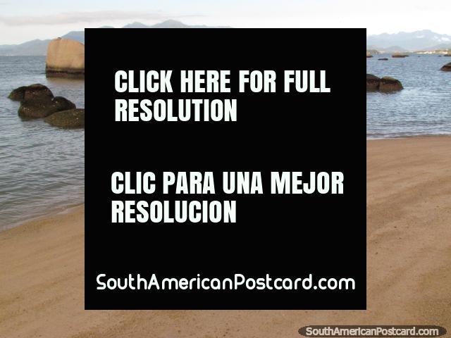 Uma cidade de seixo rolado em uma praia na terra firme através da ponte da ilha em Florianopolis. (640x480px). Brasil, América do Sul.