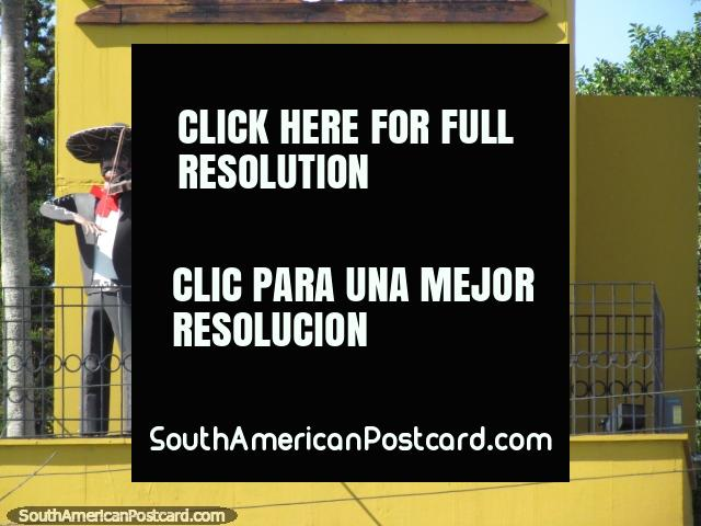 3 Mexicanos, las figuras encima de un restaurante en Florianopolis tocan instrumentos musicales. (640x480px). Brasil, Sudamerica.