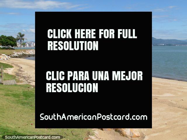 Una playa agradable durante un día agradable en Florianopolis. (640x480px). Brasil, Sudamerica.