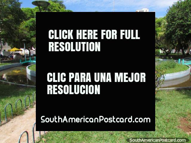 Plaza y parque Plaza Getulio Vargas con fuente enorme en Florianopolis. (640x480px). Brasil, Sudamerica.