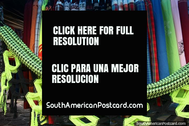 Hamacas en una gama de estilos para comprar para el viaje en ferry en el río Amazonas en ...