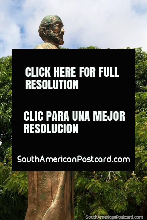 La estatua de oro en la plaza de pescadores - Praca do Pescador en Santarem. (480x720px). Brasil, Sudamerica.