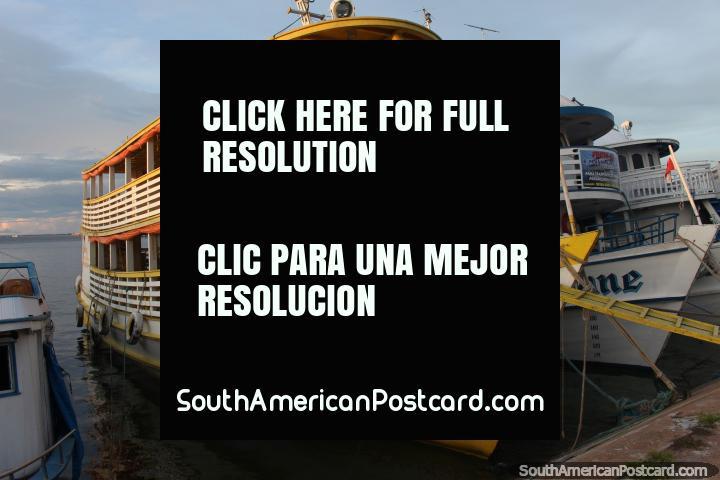 Um barco amarelo incandesce um pouco como o sol diminui em Santarem. (720x480px). Brasil, América do Sul.