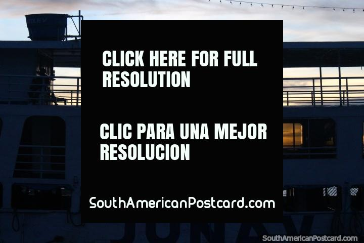 Puesta del sol a través de las ventanas de un ferry con el lado hamacas al lado del otro, de Santarem. (720x480px). Brasil, Sudamerica.