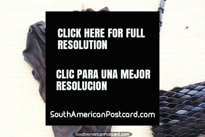 Una cara formada fuera del cuero para la venta en una tienda de arte en Alter do Chao cerca de Santarem. (720x480px). Brasil, Sudamerica.