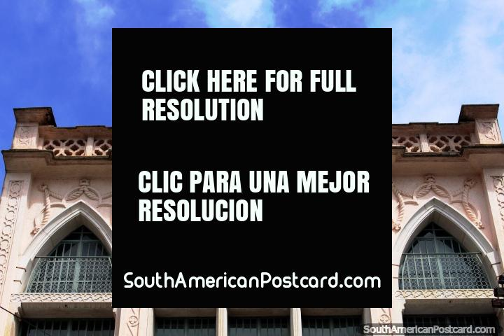 Una hermosa fachada antigua en perfecto estado con un color rosa claro en Belem. (720x480px). Brasil, Sudamerica.