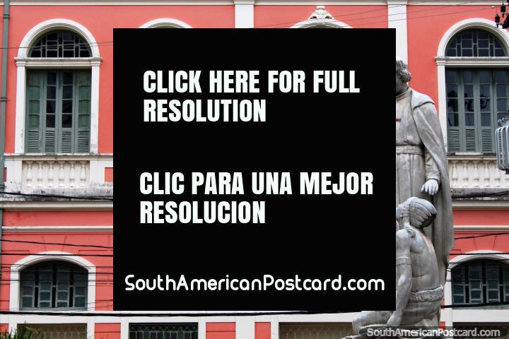 A fachada rosa do edifïcio de O-Cosmorama e estátuas em Belém. (720x480px). Brasil, América do Sul.