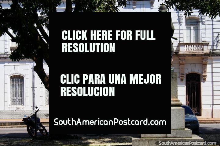Estatua del soldado se pone delante del palacio lado de la plaza Praça D. Pedro II en Belem. (720x480px). Brasil, Sudamerica.
