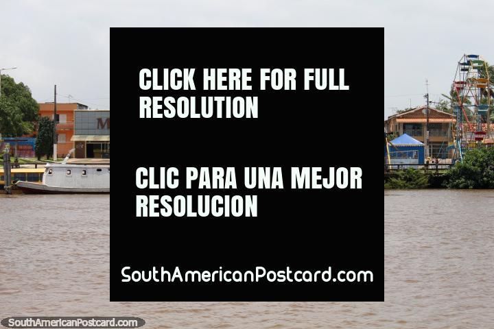 Roda de Ferris e parque divertido junto do rio em Barcarena, ao oeste de Belém. (720x480px). Brasil, América do Sul.