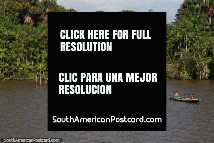 Una mujer y sus 2 hijos en una canoa fuera de la casa al lado del río en el Amazonas, al oeste de Belem. (720x480px). Brasil, Sudamerica.