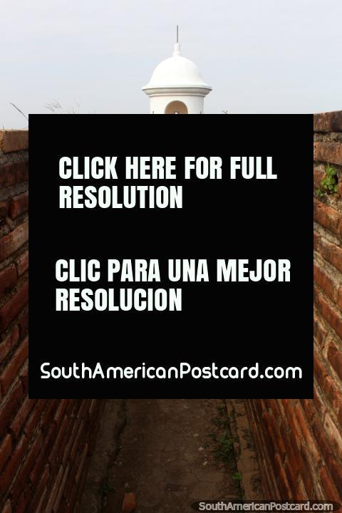 Paredes de ladrillo y un estrecho pasillo que conduce a un bastión en la fortaleza en Macapá. (480x720px). Brasil, Sudamerica.