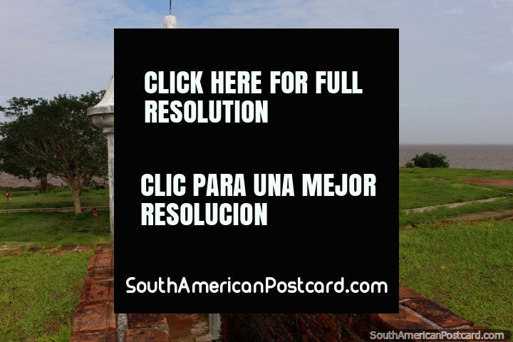 Un bastión por encima de una zona de césped verde en la línea de costa en Macapá. (720x480px). Brasil, Sudamerica.
