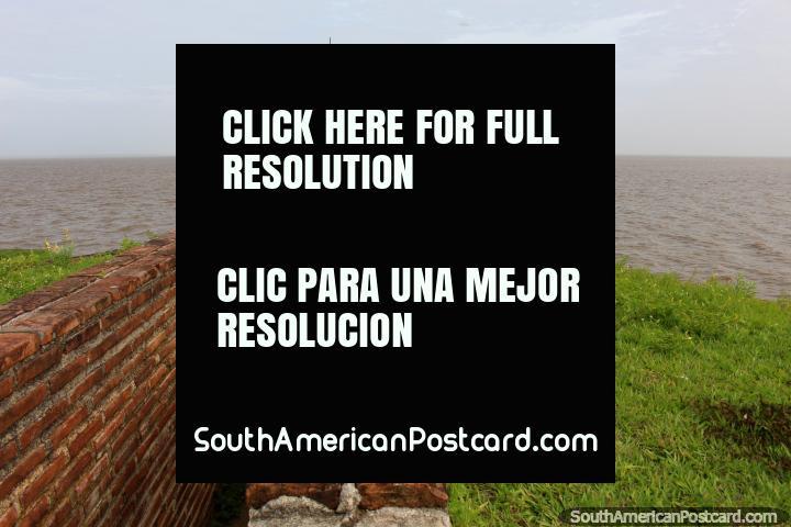 Um bastião de fortaleza posiciona-se acima do Rio de Amazônia em Macapa. (720x480px). Brasil, América do Sul.