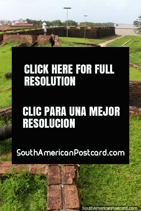 Olhar ao longo de paredes de tijolos com vário canhão no forte em Macapa. (480x720px). Brasil, América do Sul.