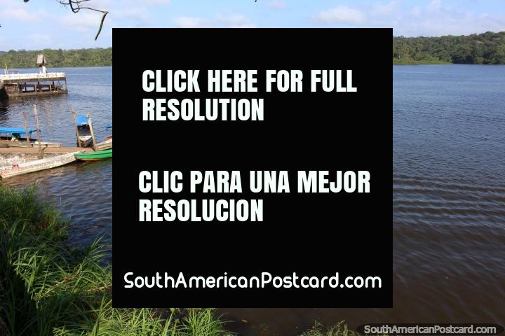 El Río Oyapock, un entorno agradable para cruzar en barco desde Oiapoque a Saint Georges. (720x480px). Brazil, Sudamerica.